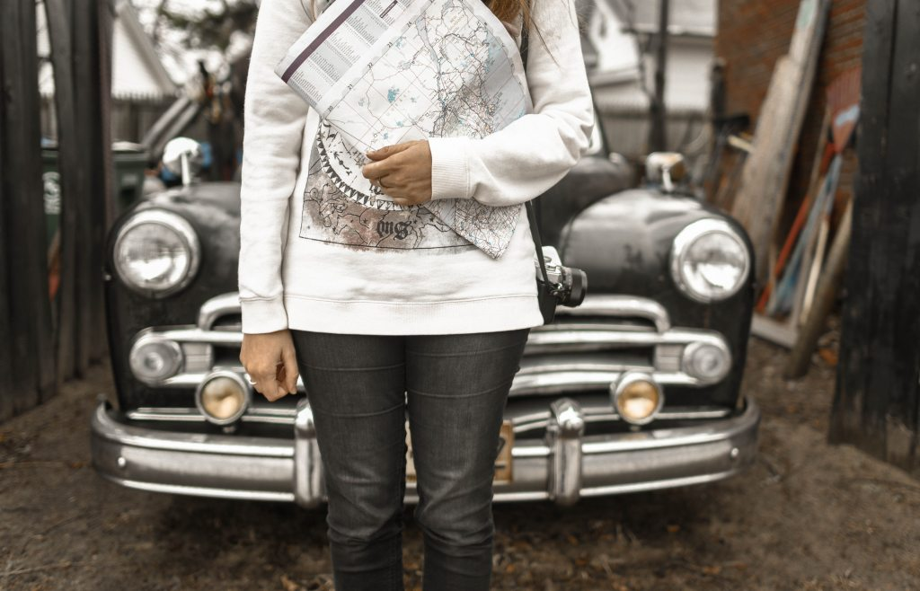 girl-next-to-vintage-car-with-map-vintage-photoshoot