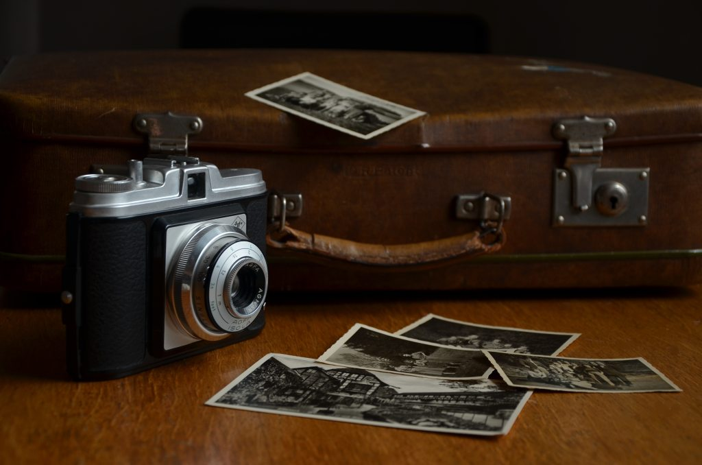 vintage-camera-and-vintage-suitcase-at-antique-market-for-photoshoot